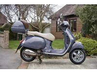 Vespa GTS 125, in iridescent grey, top box, helmut & xxl jacket