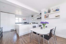 *** STUNNING SPLIT TWO LEVEL 2 BED, 2 BATH APARTMENT - E14 - 849 SQ FT - ONLY £440 P/W ***
