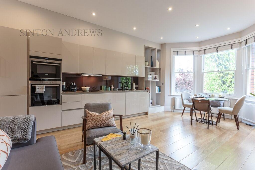 3 bedroom flat in Tring Avenue, Ealing, W5