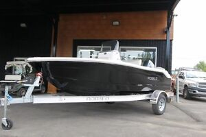 2017 chaparral Robalo R160
