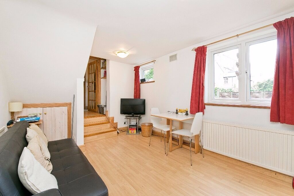WELL PRESENTED 3 DOUBLE BEDROOM HOUSE SET IN A QUIET MEWS MOMENTS FROM BOTH ARCHWAY & HIGHGATE