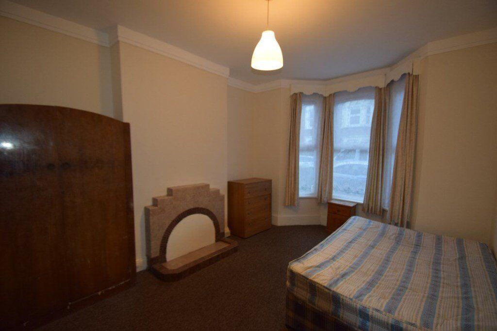 LARGE FIVE BEDROOM HOUSE NEAR ZONE 2 TUBE STATION.. GREAT VALUE. CALL 0208 459 4555
