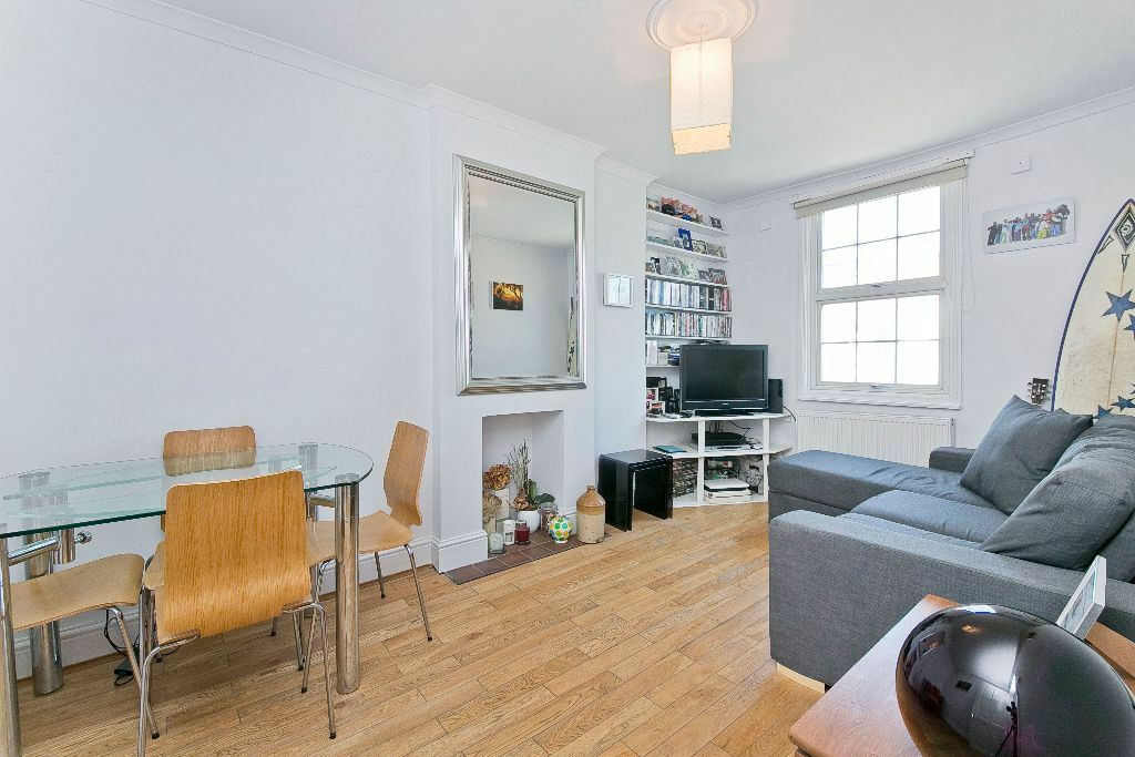 ONE/TWO DOUBLE BEDROOM FLAT- WOODEN FLOORS- SEPARATE KITCHEN- CLOSE TO TUBE