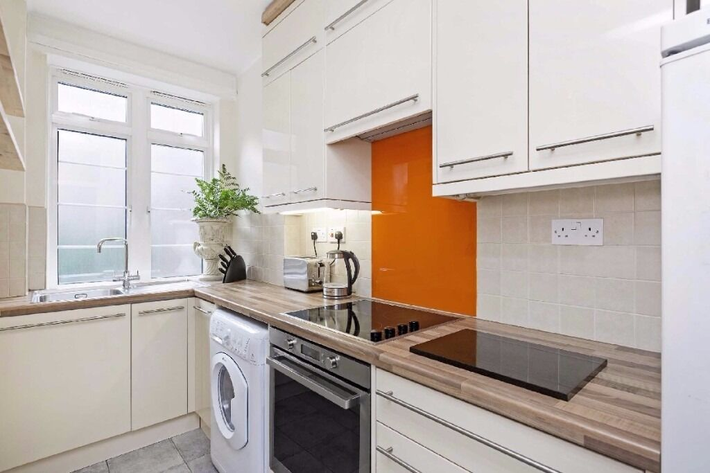 Balham High Road, SW17 - A fantastic two bedroom apartment located in an 1930's Art Deco block