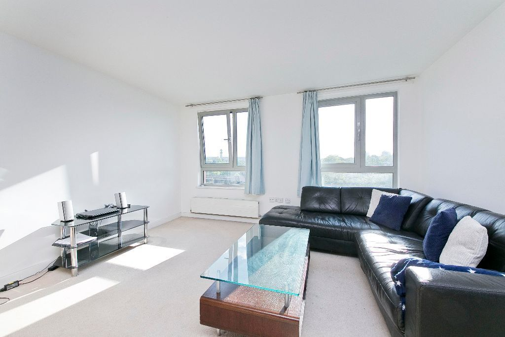 Modern & Stylish 2 Bed 2 Bath flat. Secure development, 24hr Concierge & Underground parking.