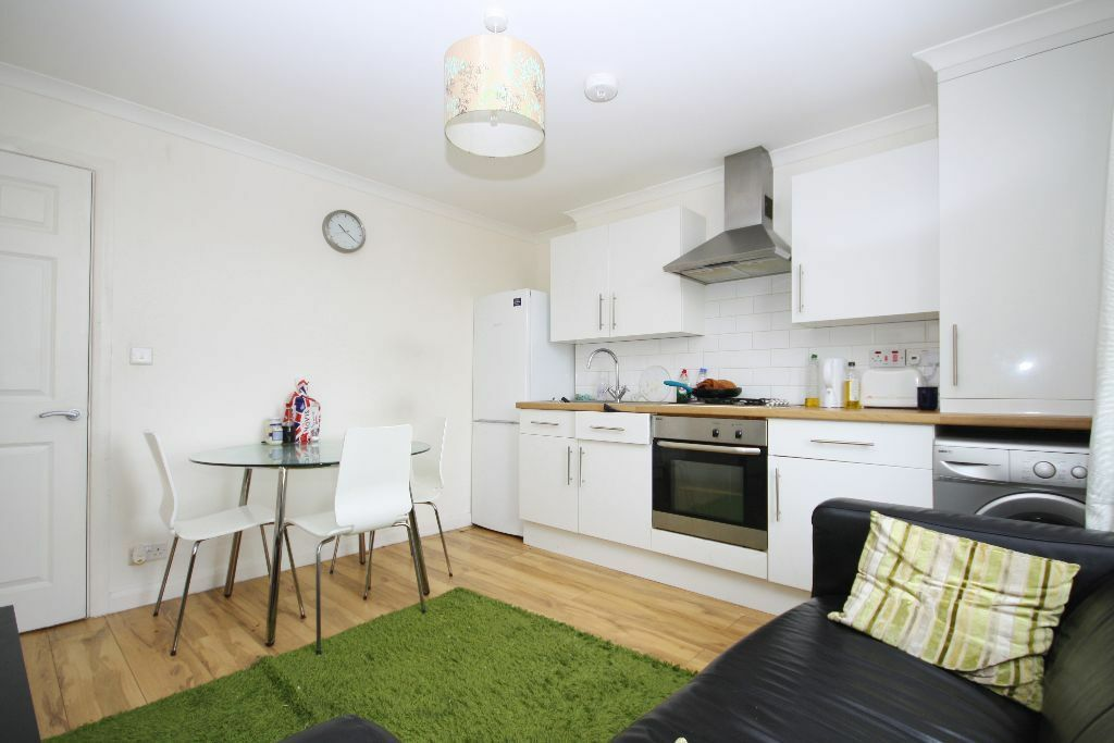 2 bedroom flat, only two minutes from New Cross station just reduced