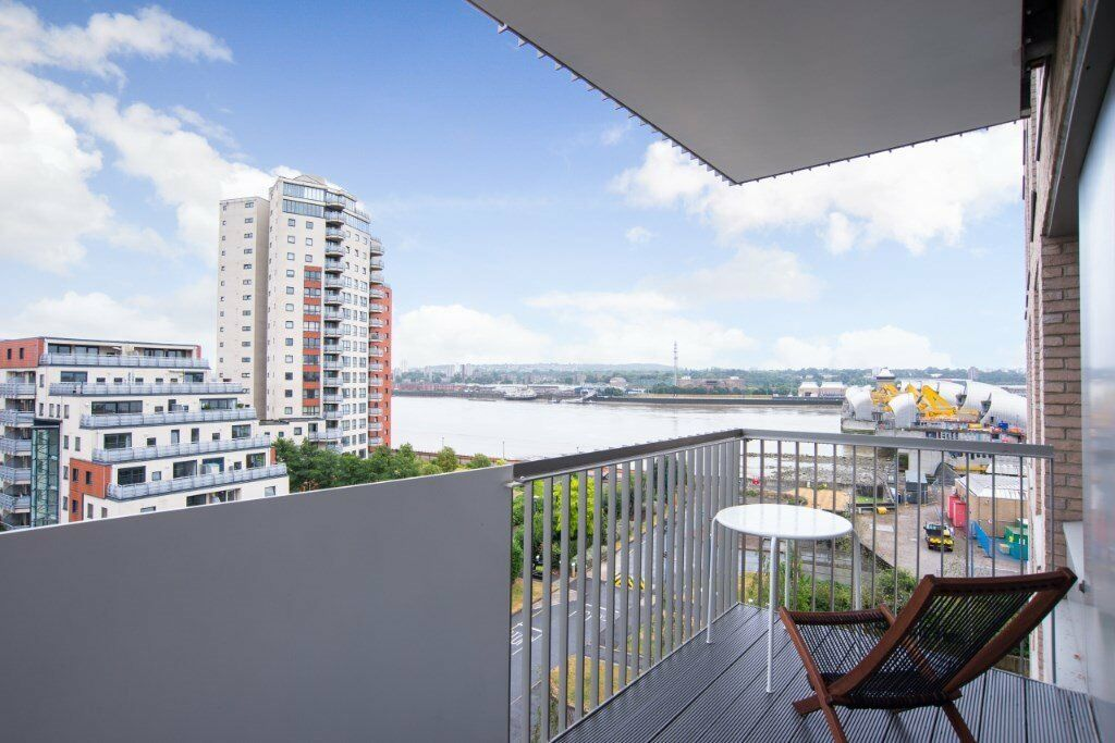 VACANT FURNISHED LUXURY TWO BEDROOM APARTMENT IN WATERSIDE HEIGHTS, E16 PONTOON DOCK DLR RIVER VIEWS