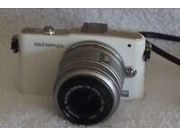 Olympus PEN E-PM1 Digital Camera Kit with 14-42mm f/3.5-5.6 II R Lens - White (Ex Display