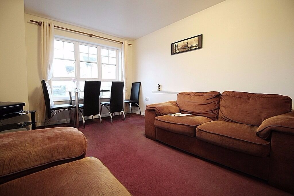 Modern 2 Bedroom Flat Near Hounslow High Street with Parking