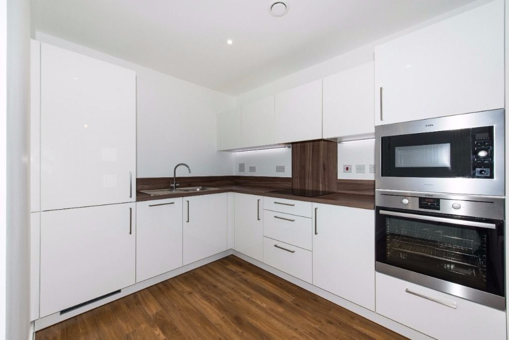 @ MODERN 1 BED APARTMENT W/ CONCIERGE & GYM DOCKLANDS PONTOON DOCK ROYAL DOCKS CANARY WHARF E16