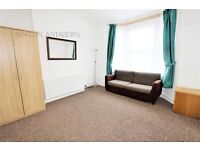 1 bedroom flat in Grove Avenue, Hanwell, W7