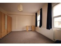 A very bright & spacious three double bedroom flat with its own private roof terrace. N7