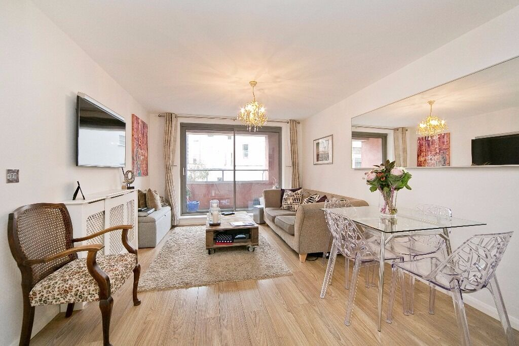 STUNNING 2 BEDROOM APARTMENT WITH PRIVATE BALCONY! LIFT ACCESS! IDEAL ACCESS TO CAMDEN/ KINGS CROSS!