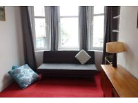 Central and versatile flat to let for Festival