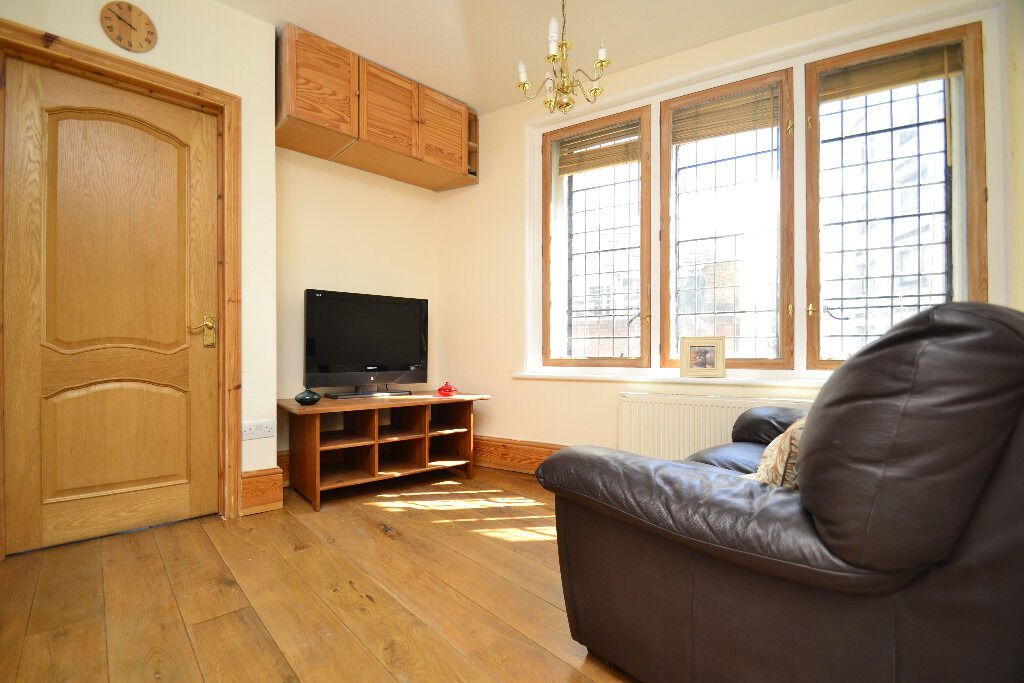 A stunning three bedroom apartment located in the heart of Trafalgar Square, prime location.