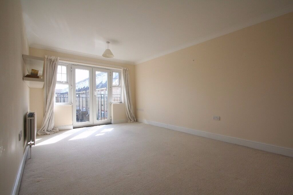 Modern 2 bed flat - 3rd flr - short bus ride to Muswell Hill Broadway. Available Now - Unfurnished
