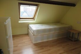Twin Room Double Room Bright Huge Twin room (2 single beds) 2 Min to East Acton!!!!