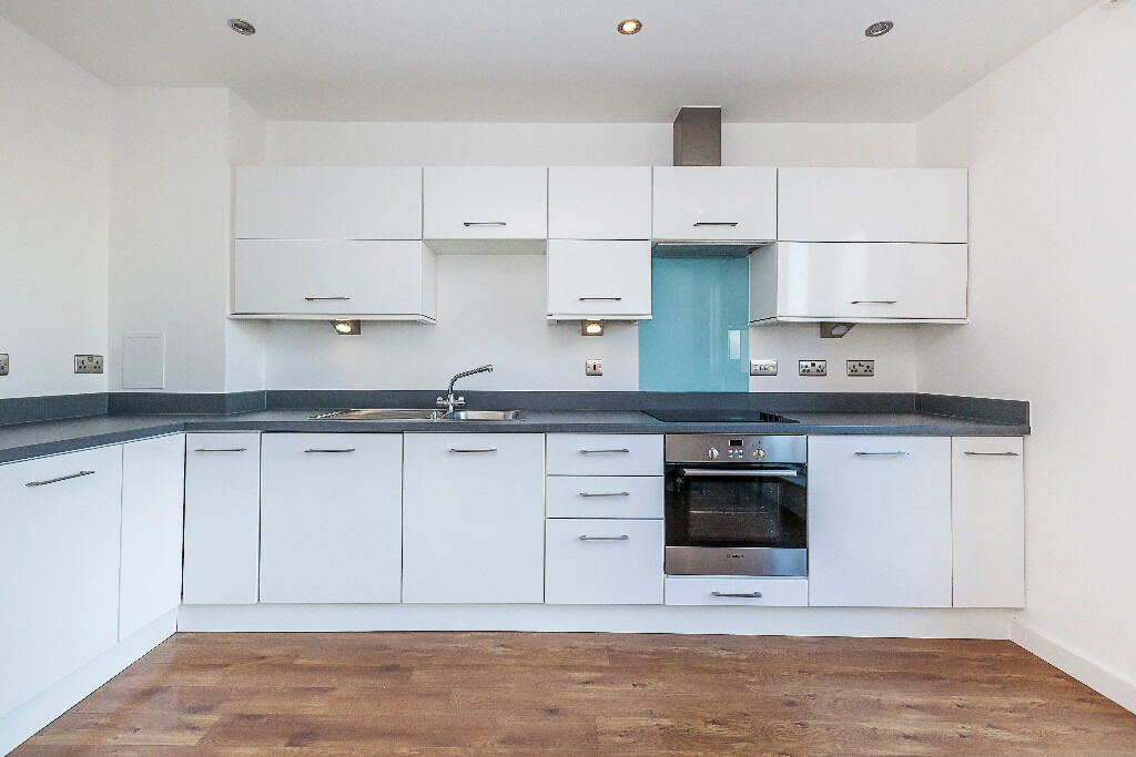 3 bedroom 2 bathroom apartment in the heart of Stratford close to Station