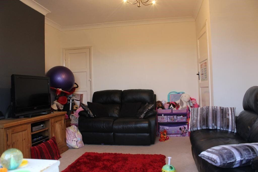 Great 2nd Floor Flat, Private Balcony, Free Parking, Close to Hainault Station, Gas Central Heating