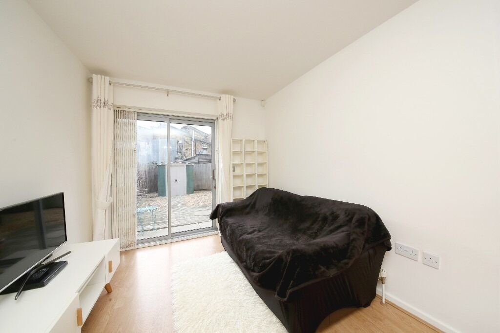 Spacious 1 Bed Apartnent with private Garden close to Canary Wharf and Langdon Park DLR station