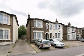 4 bedroom Semi Detached House to rent, Romford, RM1