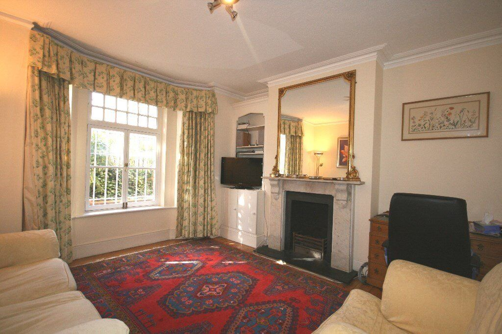 Very charming, spacious 2 bedroom flat in West Kensington,5 mins walk to tube £390pw Don't miss it!