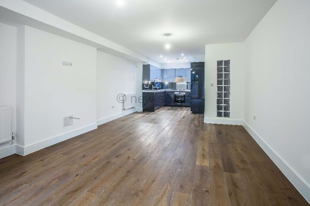 CLAPTON* 3 Double Beds* NEWLY REFURBISHED* Conversion* PRIVATE GARDEN