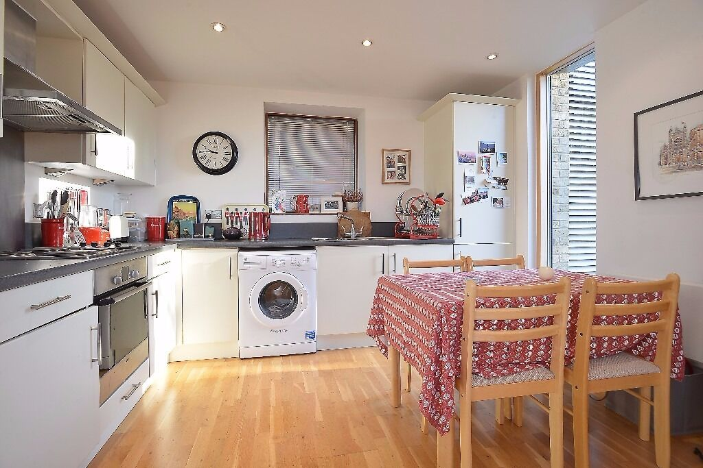 Lovely one bedroom, 3rd floor 'Atrium' style apartment in Bennets Courtyard, Colliers Wood.