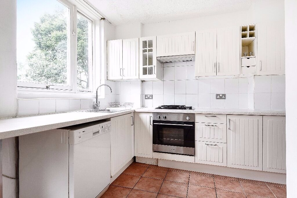 Half Moon Lane - Excellently located four bedroom family town house to rent.