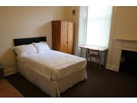 Bedsit with own kitchen. Close to Shawlands Cross
