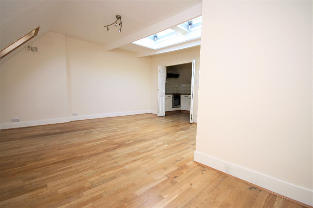 spacious studio apartment ideally located near Grove Park providing direct links to Central London
