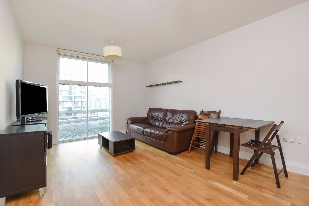 Modern, spacious 1 bed flat, within the Chelsea Bridge Wharf development. Queenstown Road SW8