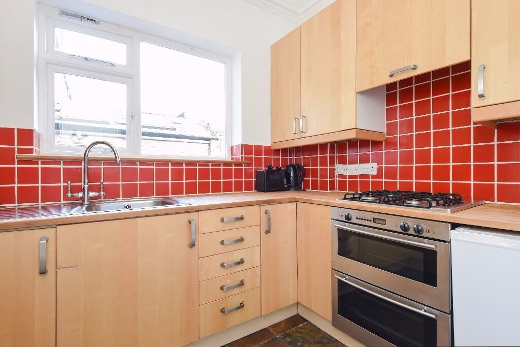 *AVAILABLE NOW* A BRIGHT AND SPACIOUS TWO BEDROOM APARTMENT WITH PRIVATE GARDEN ON MUNCASTER ROAD