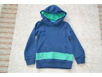 MINI BODEN NAVY HOODED TOP WITH GREEN STRIPE EXCELLENT CONDITION AGE 4-5 YEARS