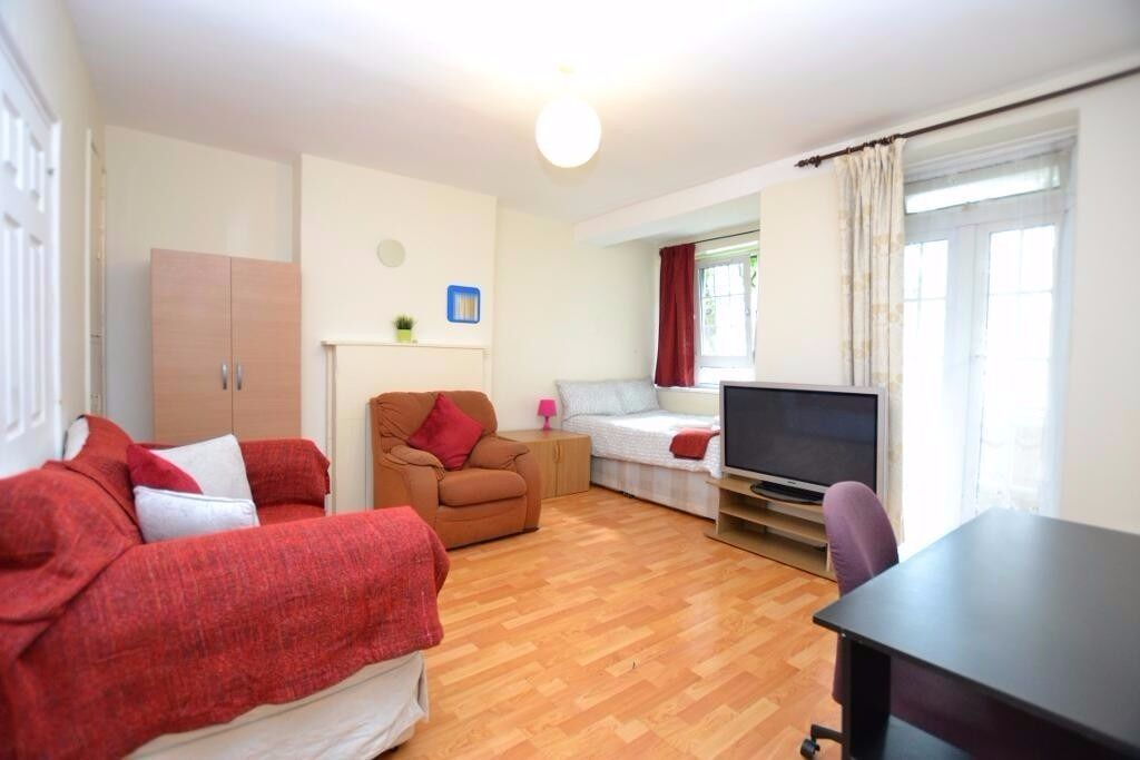 1 Spacious Double Room In Flat Share With Own Separate Entrance Only 4 Mins From Aldgate East Tube!!