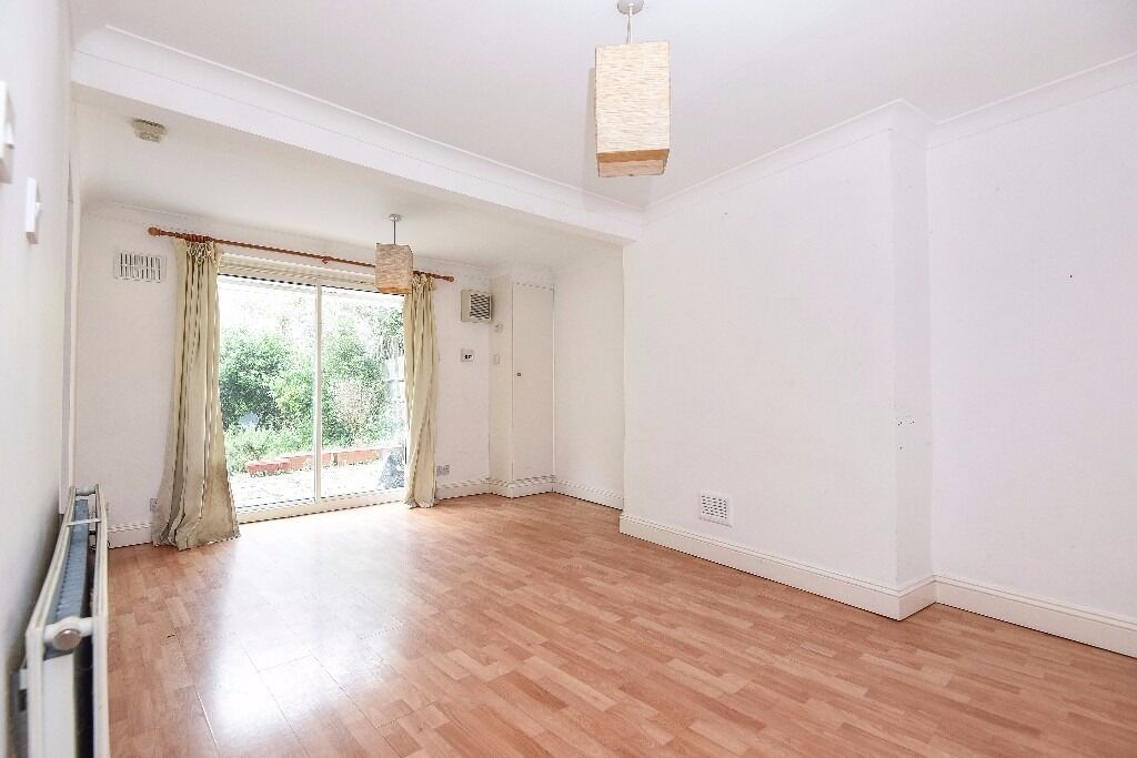 A 2 bed garden flat located on a very popular road in Clapham Old Town. Rectory Grove, SW4