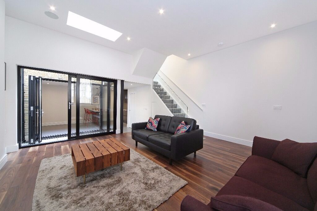 Stylish 2 bed / 2 bath house - moments from Fulham Broadway