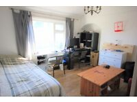 Spacious furnished 2 Bedroom Top Floor Garden Flat on Coombe Road - Perfect for Students!