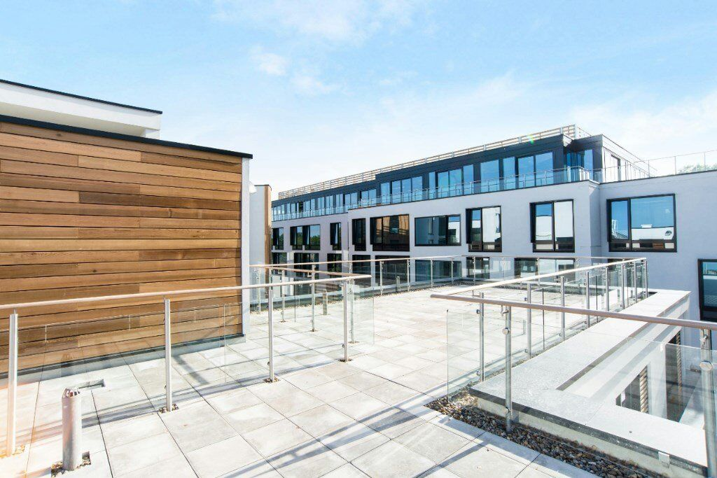 VACANT! DESIGNER FURNISHED NEW 1 BED APARTMENT INCLUDES SECURE PARKING IN ANGEL ISLINGTON HIGHBURY