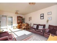 BRIGHT TWO BED FLAT ON HAMILTON ROAD WITH COMMUNAL GARDEN WALKING DISTANCE TO EALING BROADWAY. £1500