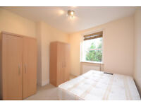Bright two double bedroom flat in popular block moments from Chiswick High Road!