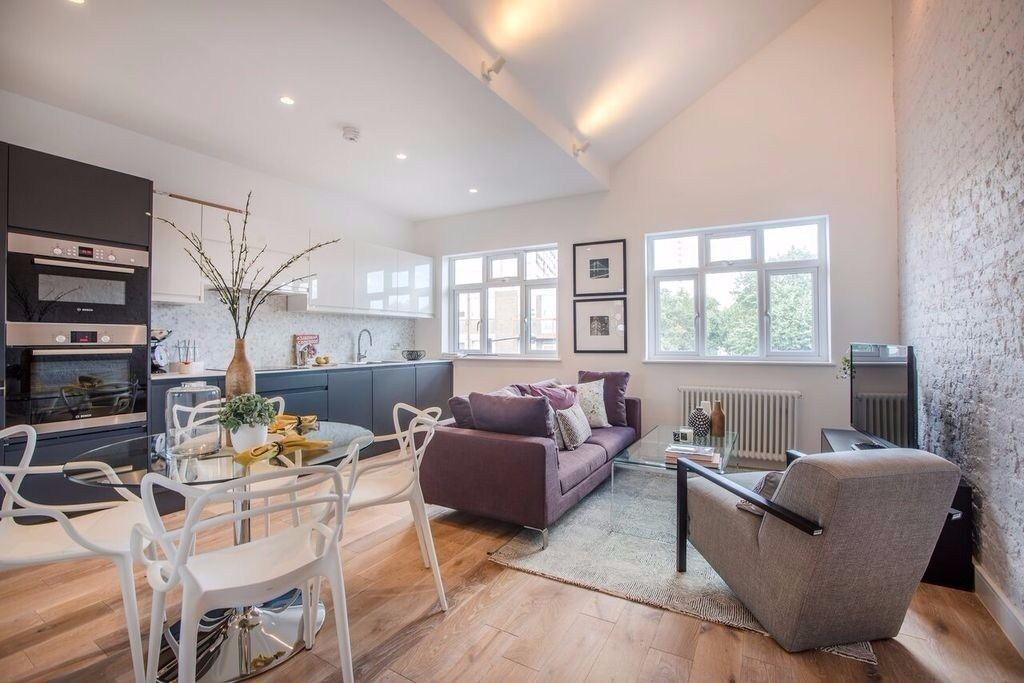 STUNNING 3 DOUBLE BEDROOM SPLIT LEVEL APARTMENT IDEALLY PLACED FOR CHALK FARM, CAMDEN & BELSIZE PARK