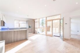 SPECTACULAR 3 DOUBLE BEDROOM, 3 BATHROOM MEWS HOUSE A STONE'S THROW AWAY FROM FINSBURY PARK STATION
