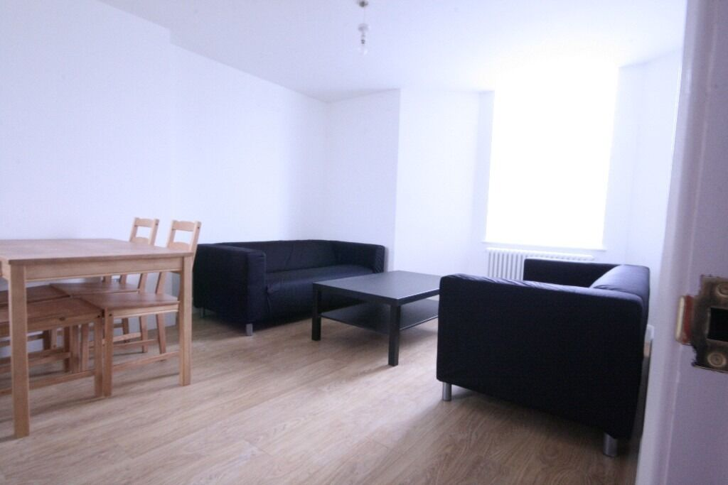Newly refurbished 2 bed flat, close to station