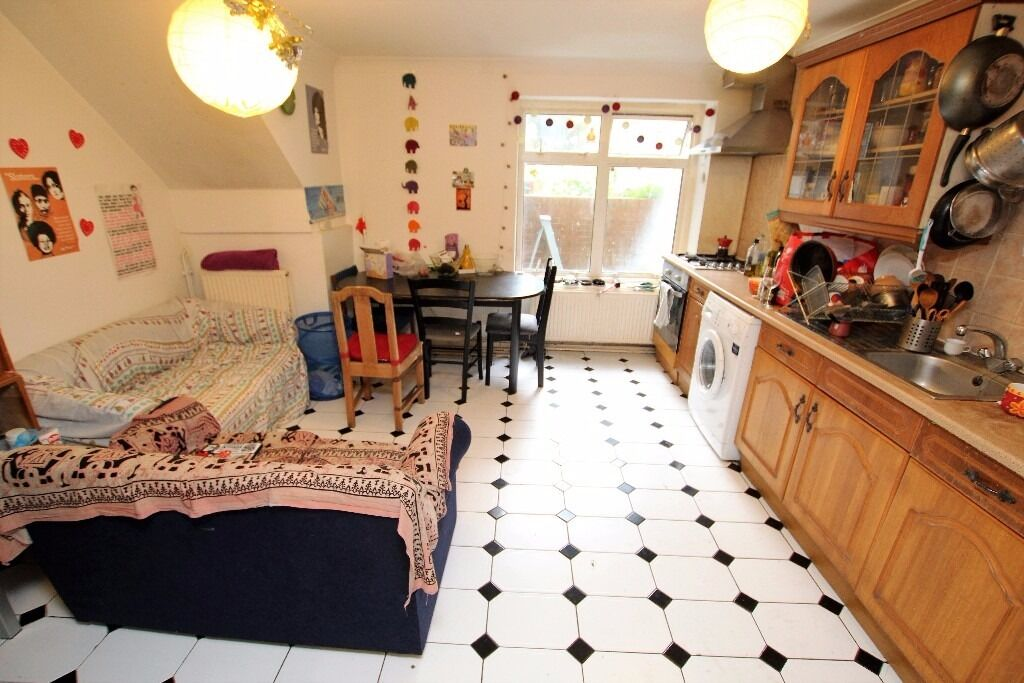 Spacious split level 4 bed flat with garden located within a mile walk from Finsbury Park Tube N4