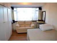 Large Double room available for Single professional or a couple
