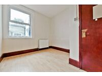 ***HURLSTONE ROAD, SE25 - A STUNNING 2 BED GROUND FLOOR FLAT WITH PRIVATE GARDEN& ON STREET PARKING*