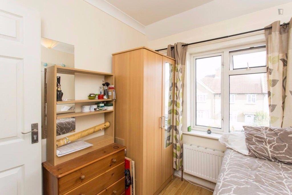*Single room East acton, Quiet area, living room