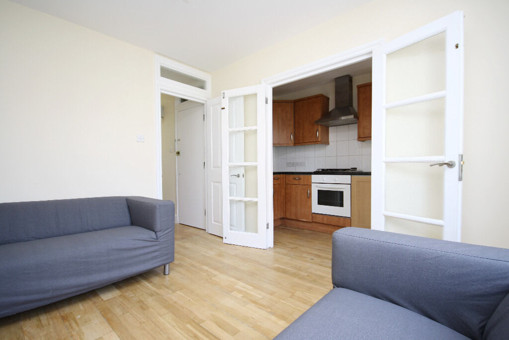 2 bedroom flat situated on Holydale Road, a convenient and brisk walk away from Peckham Rye Station