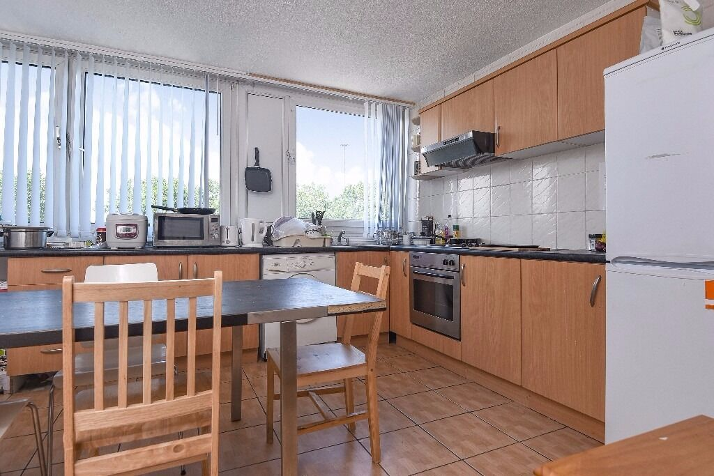 Raven House - A spacious three bedroom split level flat to rent close to Canada Water station